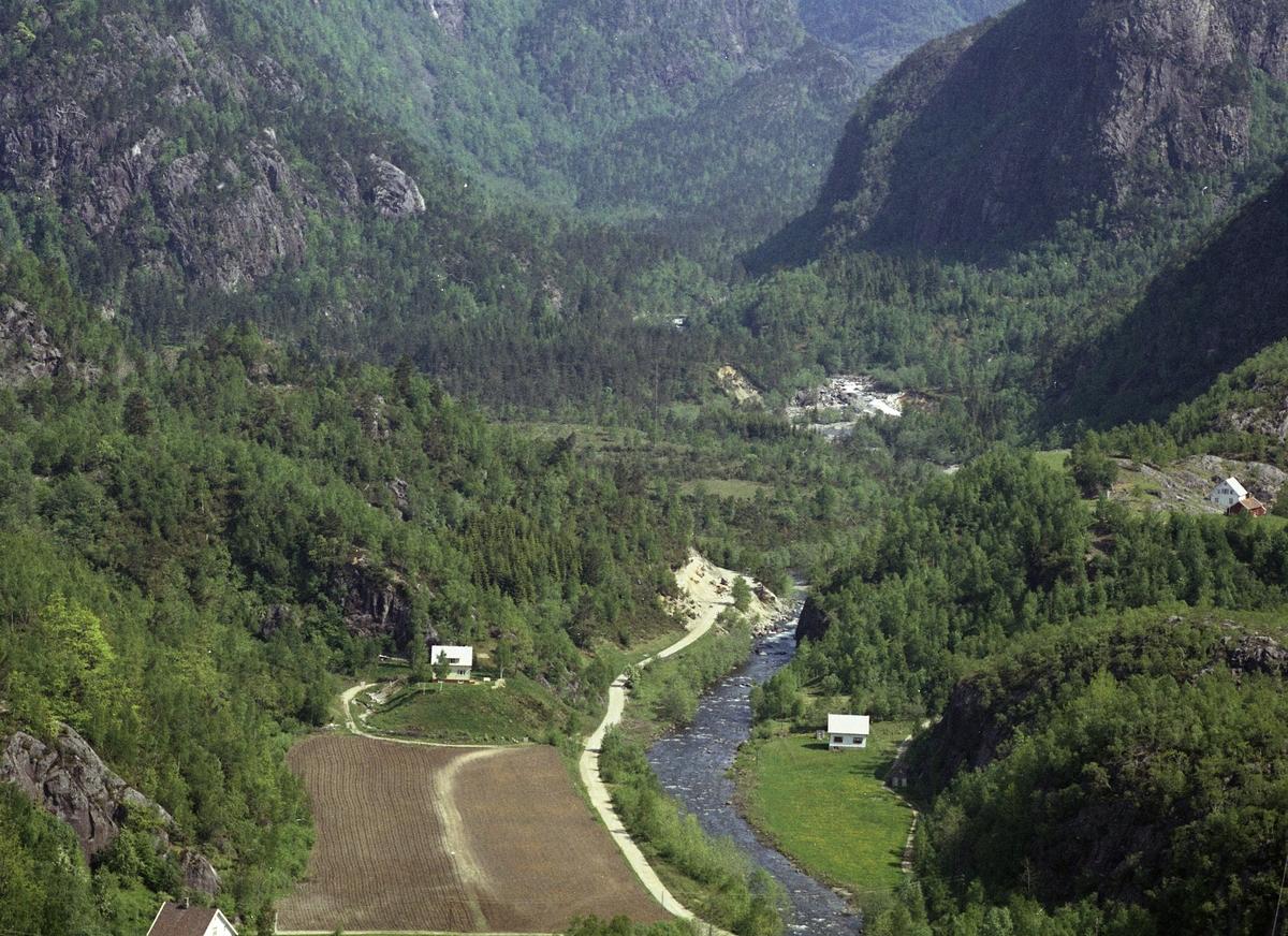 Hus elv veg marker skog fjell