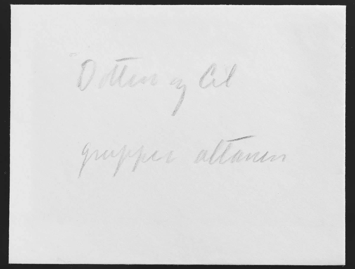 I en vanlig konvolutt ble det oppbevart tre negativer. Utenpå konvolutten er det skrevet med blå blyant: Dotten og Cil grupper altanen