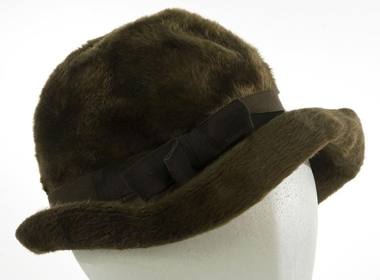 Vinterhatt, dame. Rund med oppbøyet brem. Hattebånd med sløyfe Chapeau Eris Specially made for Steen & Strøm