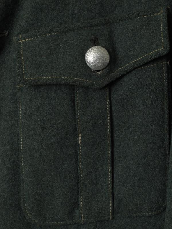 Enkeltspent uniformsjakke, m. 4 lommer utv. Slitt og delvis ødelagt.