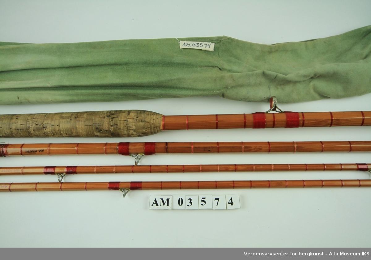 Tohånds fluestang i splitcane. Tredelt. Snelleklasse # 10-11. Stål snellefeste, endeknott av hvit gummi. To topper. Agat bunn- og toppring, bridgeringer. Egentlig en 18 fot stang, men kuttet ned til 15,5 av Hørgård selv. (Kjell måler den til 14,5 fot) Original stangpose i grønt stoff, 175 cm lang