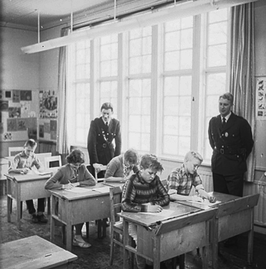 Skolpoliser i Ställdalen, klassrumsinteriör, skolbarn och två poliser.