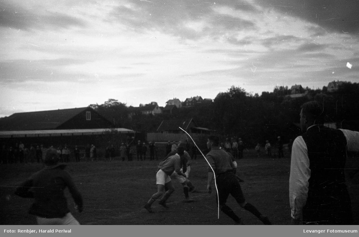 Hus, landskap og folk på Levanger. Fotballkamp.