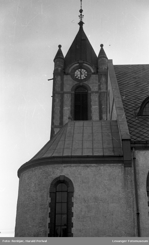 Hus, landskap og folk på Levanger. Kirketårnet.