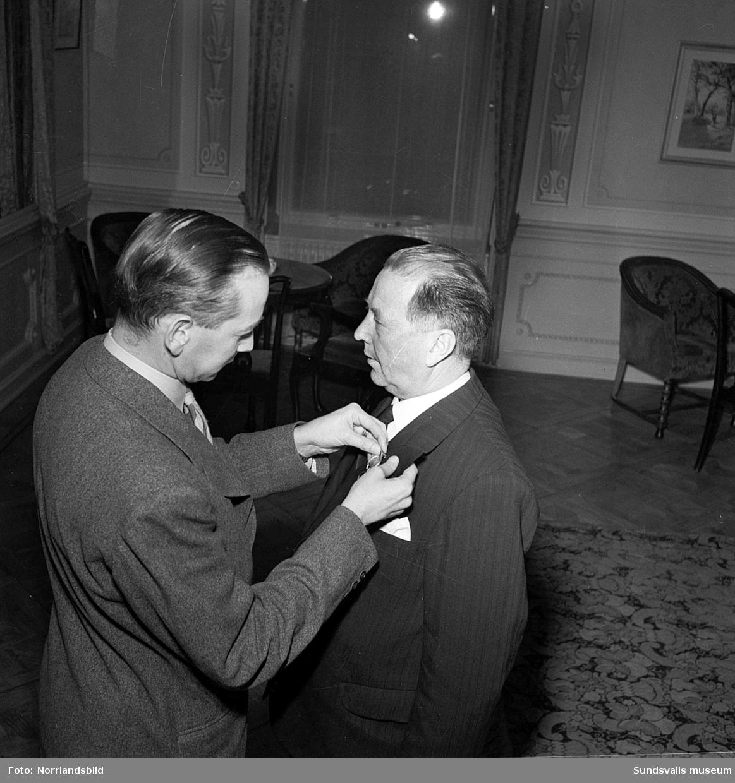 """Medaljutdelning av Telegrafens personal på hotell Knaust. Bild 2 Gustaf Sundsten dekoreras. """"Medaljutdelning å Hotel Knaust 1949 befattningsinnehavare inom VI distriktet""""."""