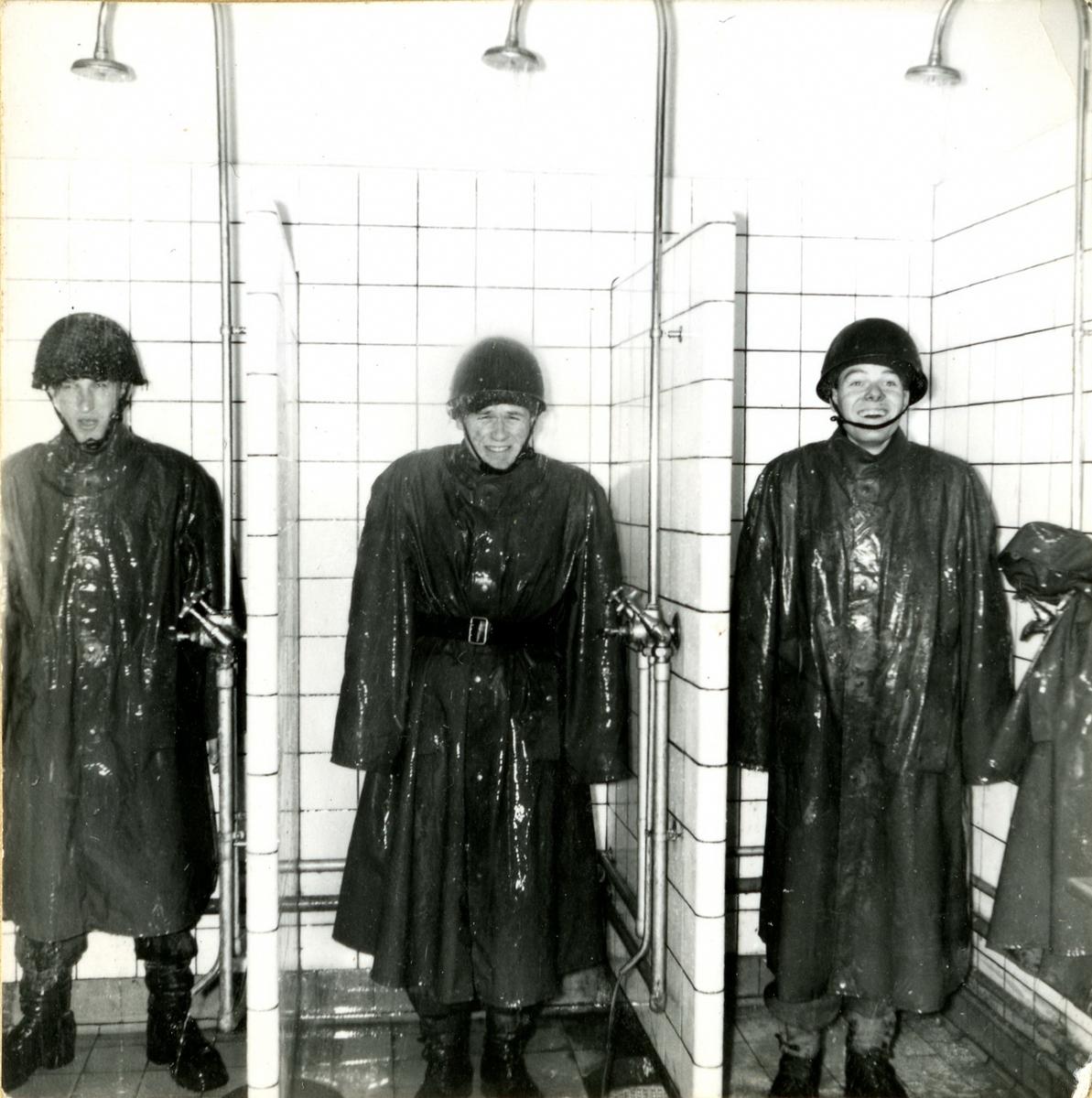 Värnpliktiga från sjukvårdskompani T4K i dusch med regnkläder, Skånska trängregementet T4, Hässleholm.