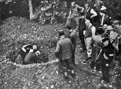 Historisk bilde av folk som graver opp graver etter andre verdenskrig. To menn graver, 14 menn står og ser på.. Foto/Photo