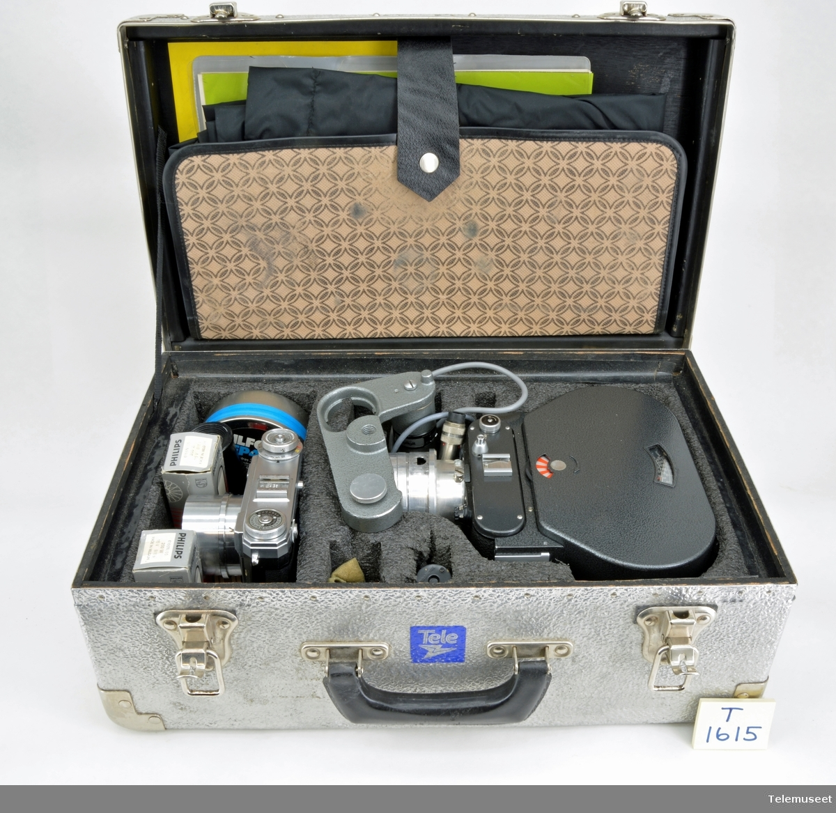 Fotograferingsutstyr for samtaletellere. Komplett i koffert - Fotoapparat med ekstra stor film magasin,   Type: ROBOT -Fotoapparat Type: Contax - Diverse utstyr pluss div lamper - Sort hette for bruk til fotografering/lading av   apparat
