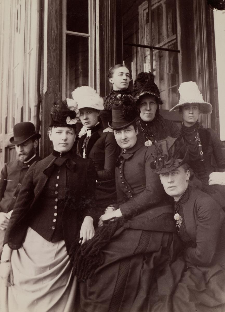 Gruppebilde fra Gausdal Sanatorium, ytterst til venstre Haaken Larpent Mathiesen, øverst Mathilde Mathiesen, ytterst til høyre Anna Mathiesen, nederst til høyre Kaia Wetlesen, nederst i midten Frøken Boyesen.