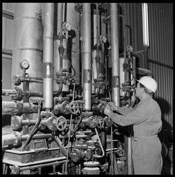 Fabrikkmester Larsen ved oljeforvarmer.