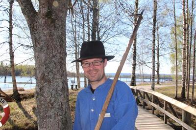 Foto av Thomas Berg med fløterantrekk
