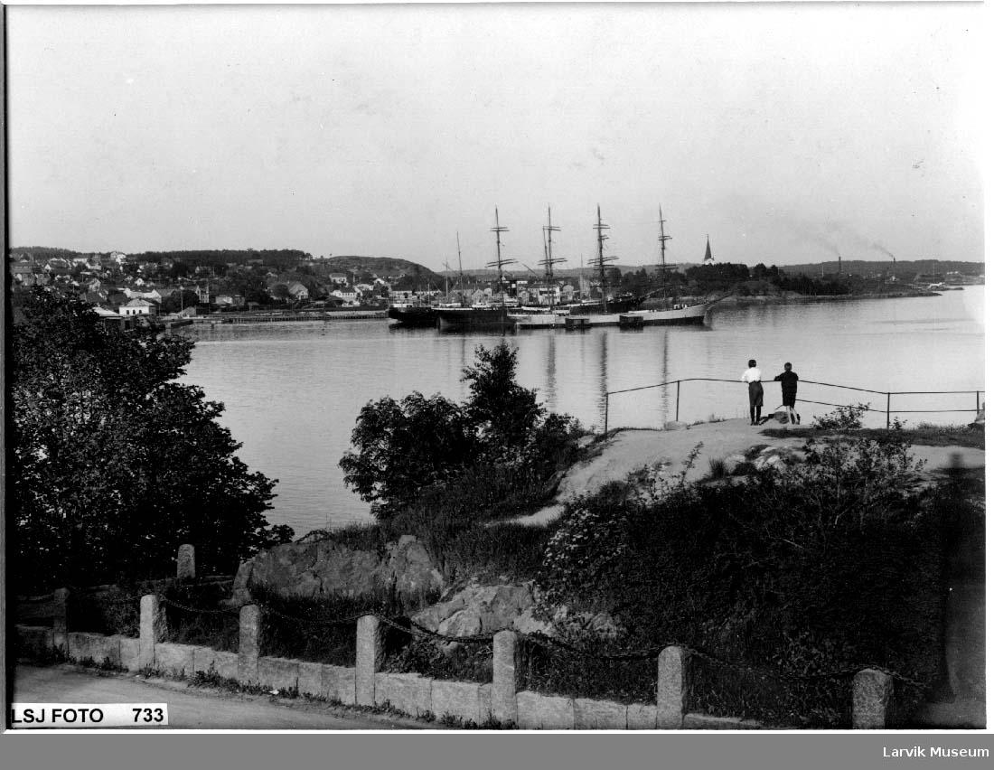 Larvik havn med seilskip sett fra fjellet mellom batteristranda og badet