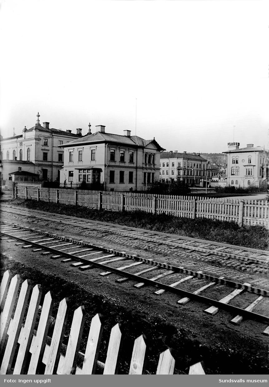 Fotot är taget från S:a järnvägsgatan mot kv Köpmannen med kv Brutto och kv Tara i bakgrunden. Staketet som gick längs järnvägen spärrade av Esplanaden vid denna tid.