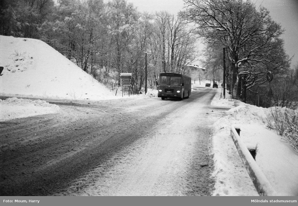 Trafik på Streteredsvägen i Kållered vintern 1984.  För mer information om bilden se under tilläggsinformation.