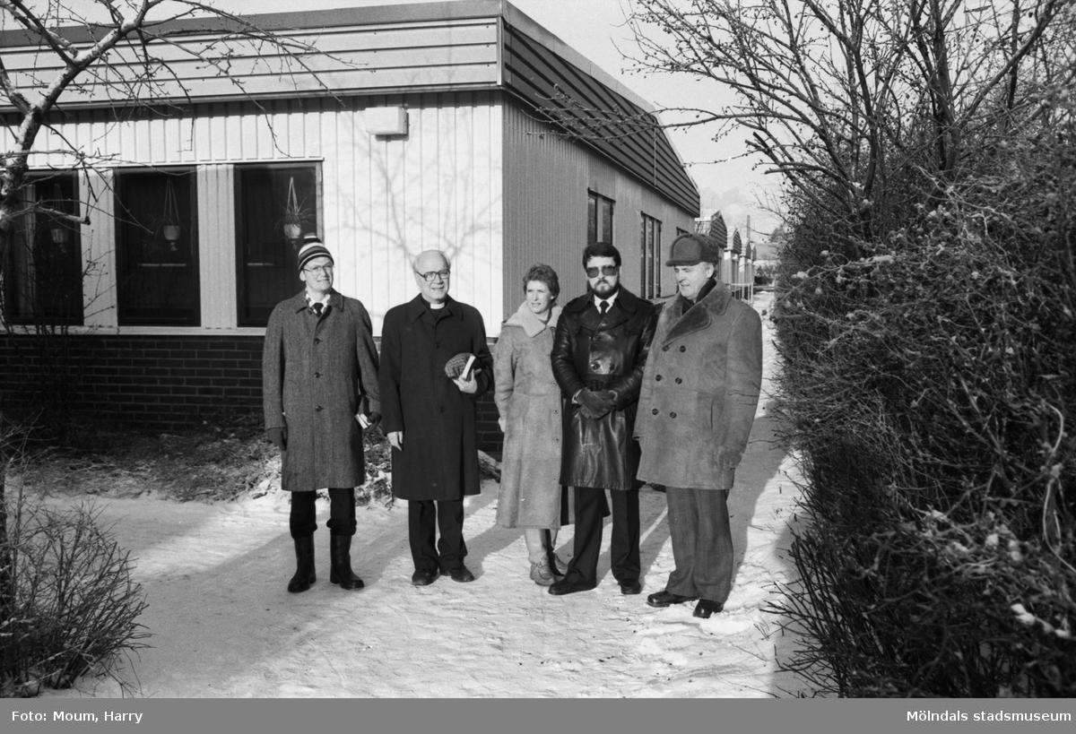 """Första spadtaget till Fågelbergskyrkan i Rävekärr tas, år 1984. """"Byggnadskommitté för den nya kyrkan är Arvid Ejerskär, Olof Dotevall, Gunnel Eliasson, Berndt Runberg och Alvar Gustafsson.""""  För mer information om bilden se under tilläggsinformation."""