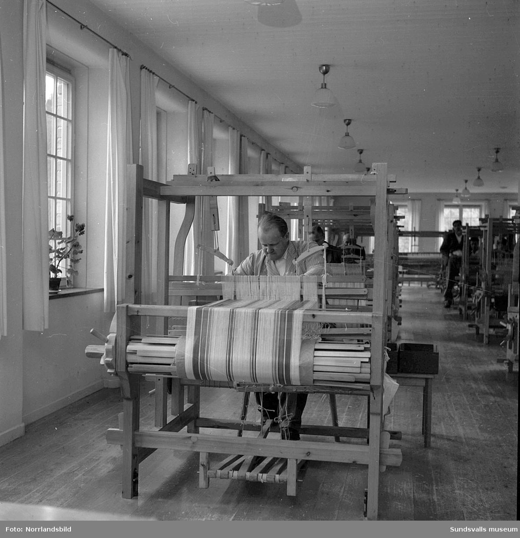 Arbetsbilder från Sidsjöns sjukhus verkstäder. Vävning och sömnad.