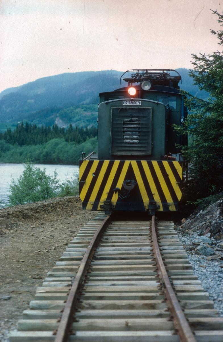 Ekstratog med diesellokomotiv nr. 10 (Ruston). Salvesen og Thams ellok nr. 5 (NEBB) under transport til den nye museumsjernbanen