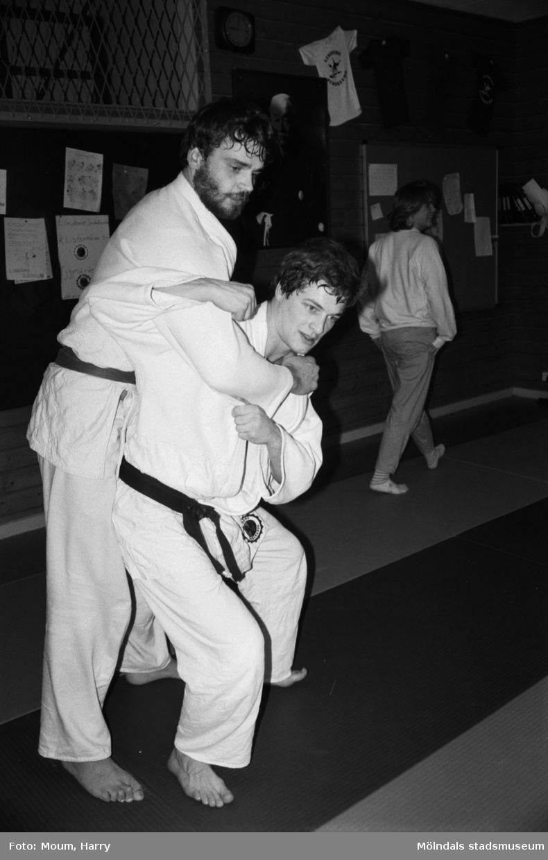 Peter Kårlin och Manfred Månmyr från Lindome judoklubb tränar, år 1984.  För mer information om bilden se under tilläggsinformation.