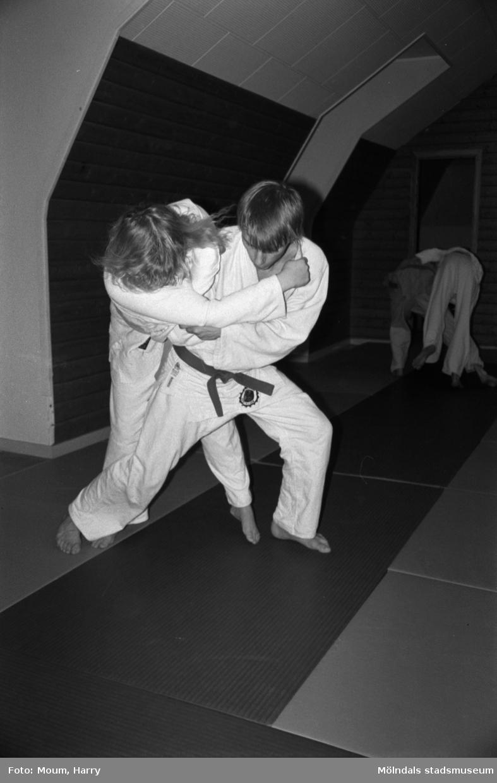 Ungdomar från Lindome judoklubb tränar, år 1984.  För mer information om bilden se under tilläggsinformation.