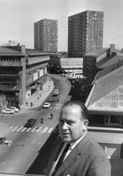 Porträtt Harald Aronsson med varuhuset krämaren i bakgrunden