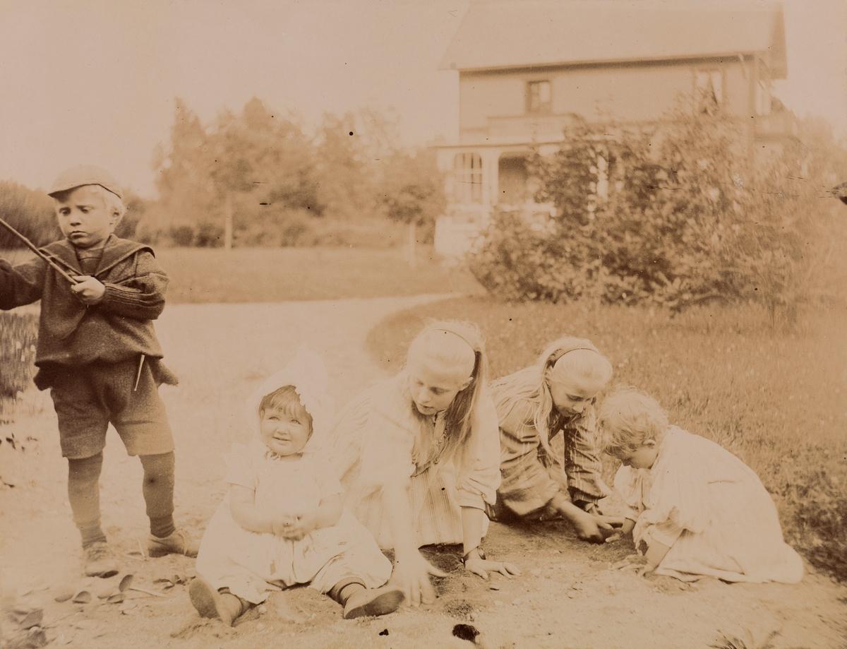 Fem barn leker i hagen, fra venstre: Mogens Christensen, Eva Mathiesen, Minne (Emilie) Christensen, Eva Christensen, Tinken Mathiesen.
