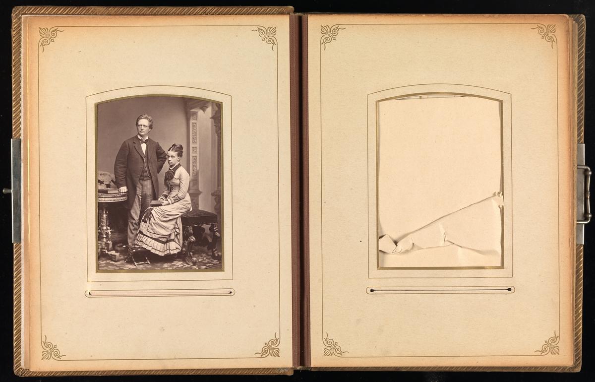 Tredje oppslag i cartes-de-visites-album. På venstre side et bilde av Hans Christian Christensen og Eva Christensen f. Mathiesen, på høyre side et tomt cabinet.