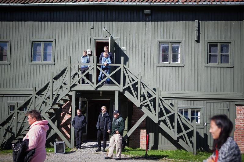 Publikum utenfor museets hovedbygning. (Foto/Photo)