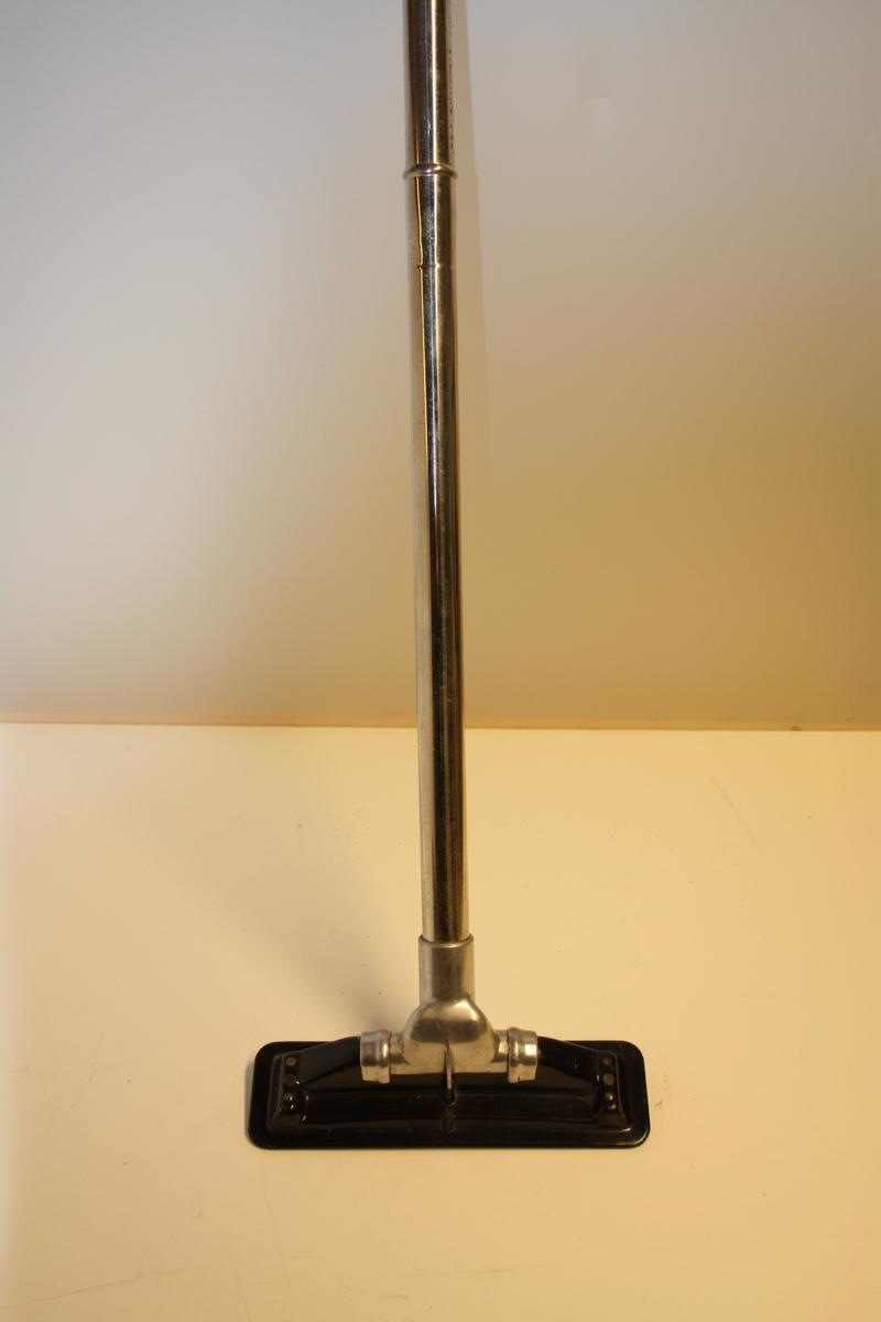 Avlangt skaft/metallrøyr med munnstykke på tvers til støvsugar.