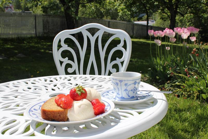 Om sommeren er hagemøbler, bord og benker tilgjengelig