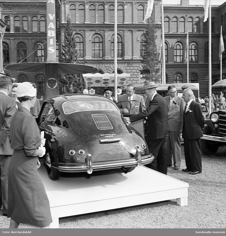 Utställning/Mässa bakom läroverket med bilar och traktorer.