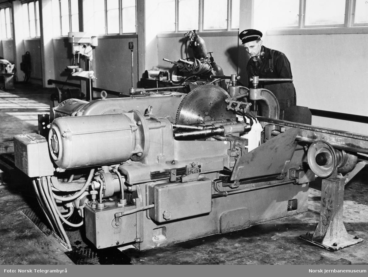 Kappe- og boremaskin i skinnesmia på Alnabru