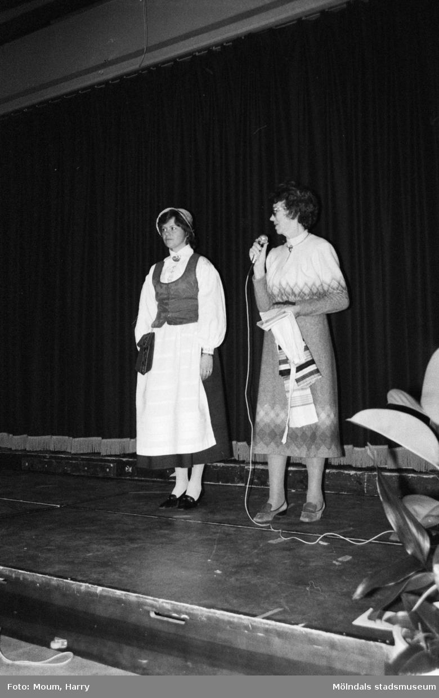 Uppvisning av hembygdsdräkt under Lindome kulturdagar på Almåsgården i Lindome, år 1984.  För mer information om bilden se under tilläggsinformation.