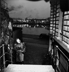 Stockholm. En ung kvinna går uppför trappa i förgrunden. Sta