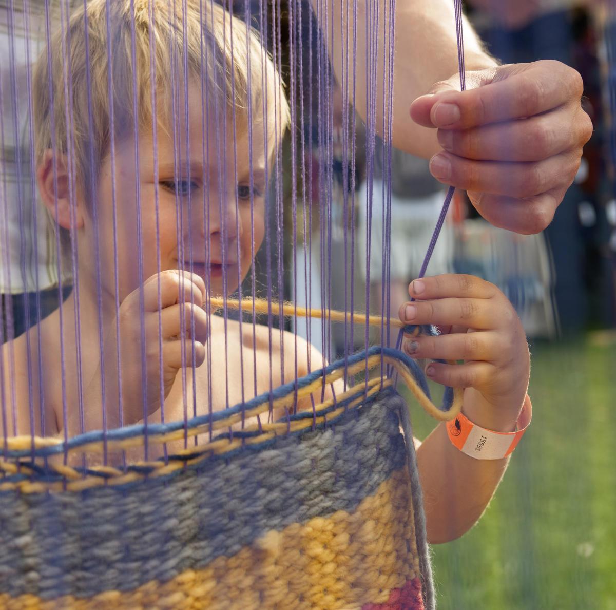 Liten gutt ved vev, fra Håndverkstorget under De nordiske jakt- og fiskedager 2014.