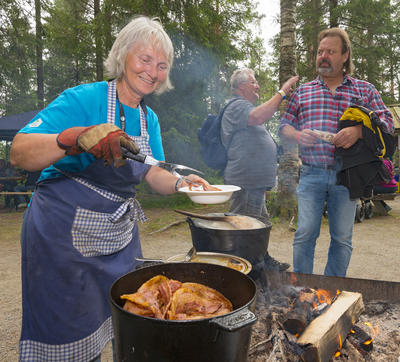 Liv Burud serverer flesk og motti på Sølensjøtunet under De nordiske jakt- og fiskedager 2015. (Foto/Photo)