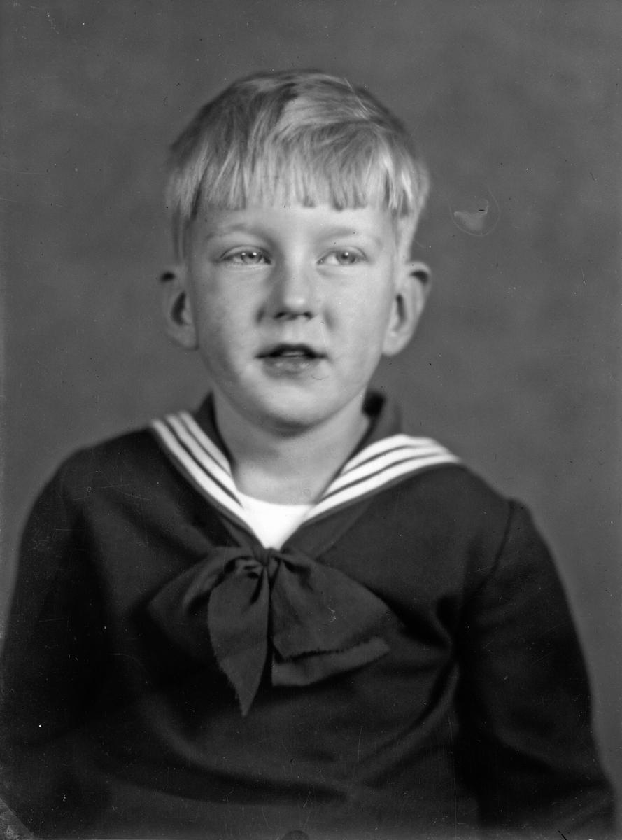 """Glasnegativ, porträtt av ung pojke i sjömansskjorta. Filmblock och framkallade filmer för """"Amaco"""" trefärgsfilm fotografi."""