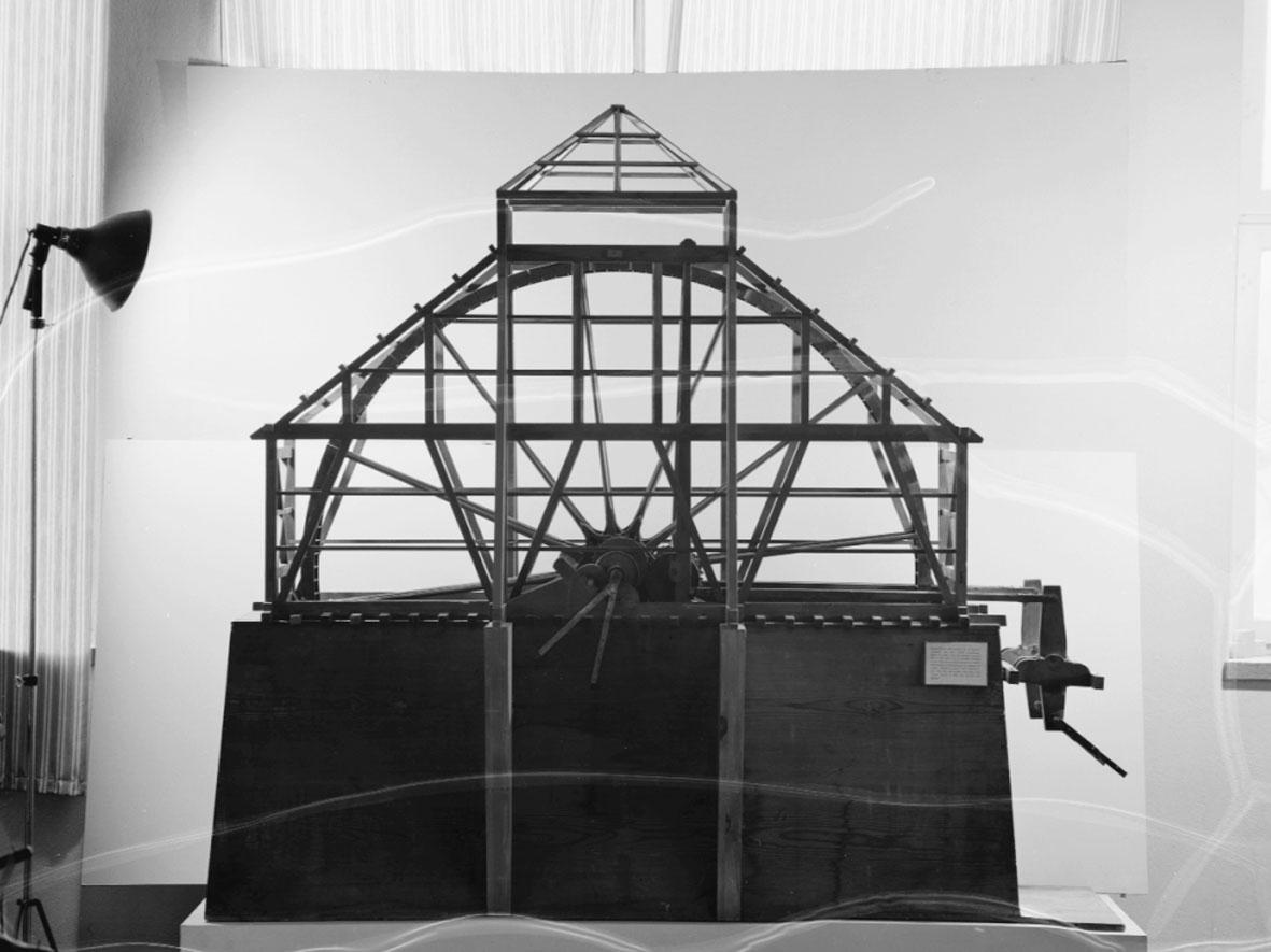 """Modell av vattenhjul med konststänger. Text på etikett på föremålet: XII.34. Etikett oläslig. I Jonas Norbergs förteckning från 1779 beskrivs modellen på följande sätt: """"Modell på Upfordringsverk, som förer flera tunnor tillika up och neder med stänger och hakar: Denna machine är både opereuse och kinkog."""""""