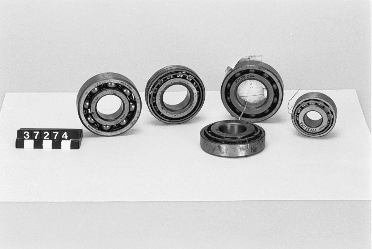 Fyradörrars engelsk småbil med lådram (balkar) och stela axlar. Mekaniska bromsar. Takräcke för gengassäckar. Motornummer M74794, chassinummer M73946. Registreringsnummer A1231, från 1973 ETP091. Fyrcylindrig bensinmotor, cylindervolym 1,2 liter. Effekt 33 hk. Fyra växlar och backväxel. Tillbehör: Se TM37301-TM37322 och reservdelar.