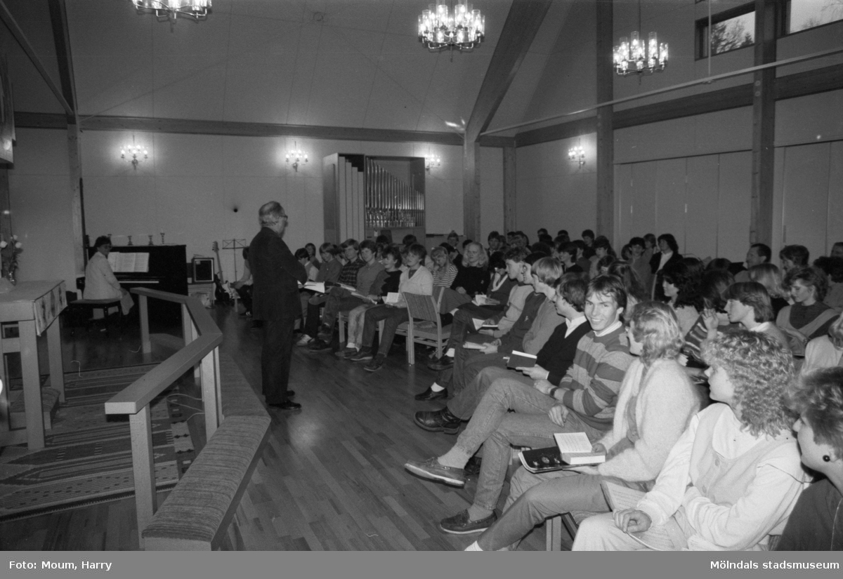 Gospelkören Seier från Mölndals vänort i Norge gästar Kållered, år 1984. Musik och sång i Apelgårdens kyrka.  För mer information om bilden se under tilläggsinformation.