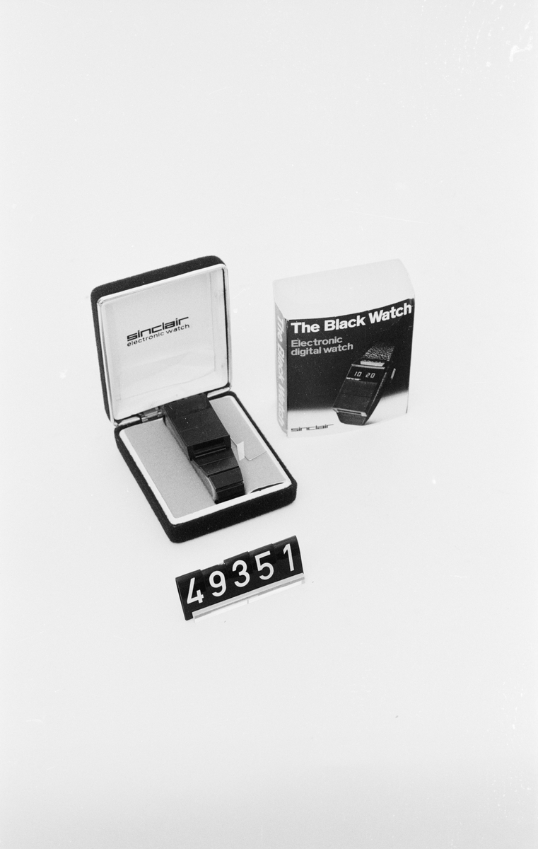 Armbandsur i etui, originalförpackning.  Black Watch är tillverkad i svart plast, med en femsiffrig LED-display. För att spara ström lyser displayen endast upp när man trycker på panelen under displayen, då visas antingen timmar och minuter eller minuter och sekunder med röda siffror. En exklusivare variant av uret kunde även visa datum. Batterierna räckte tio dagar, men var inte lätta att byta. Plasthöljet var fäst med snäppen, som tyvärr gick sönder efter en tids användning. Kvartskristallen som genererade tiden var temperaturkänslig och klockan gick därför olika fort vinter och sommar.