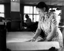 """""""Tillskärning för hand"""". (Ottossons textilfabrik)."""