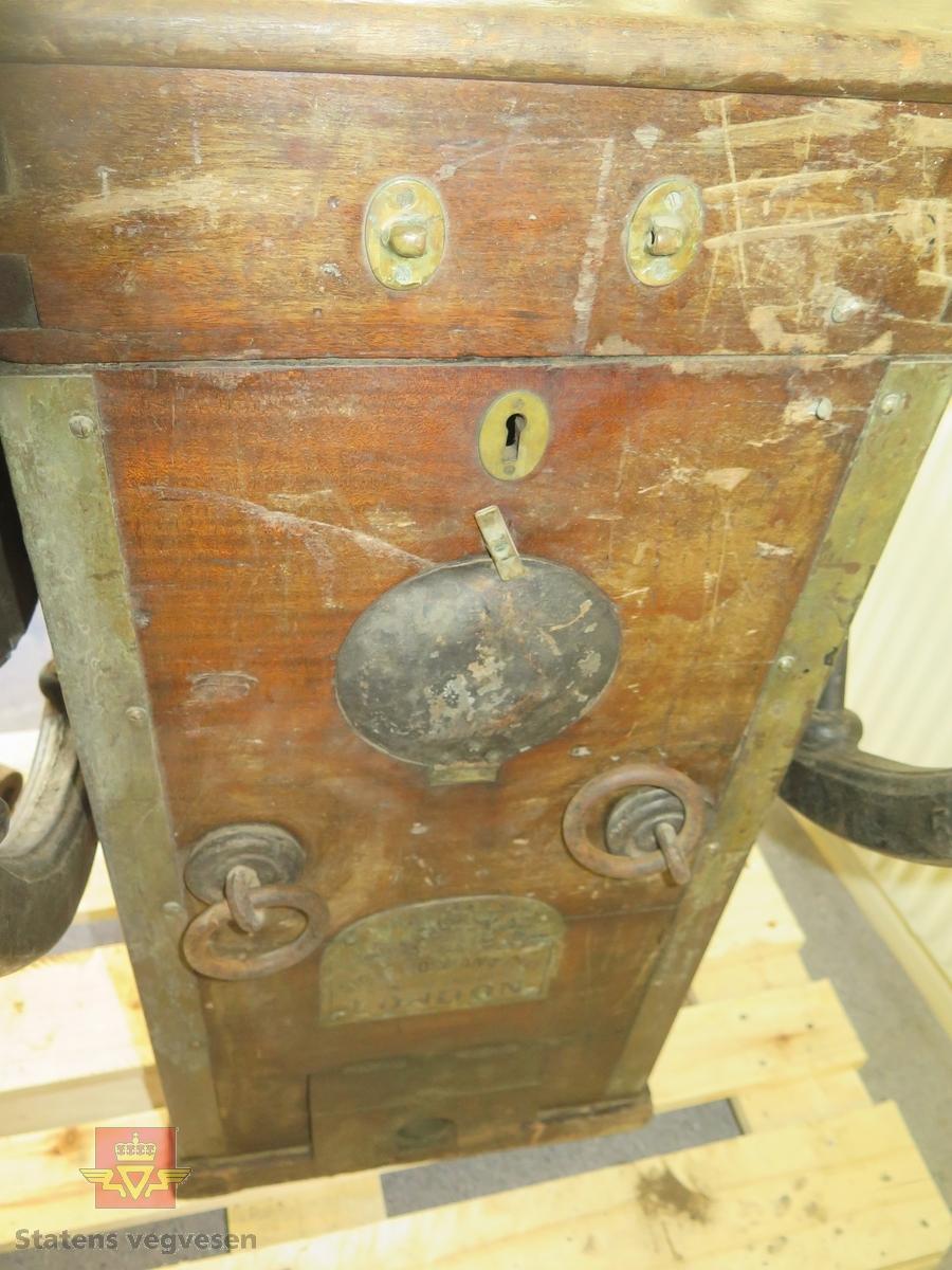 Dykkerkompresssor med sveiv. Plakat fra produsenten er festet under lokket (i toppen).