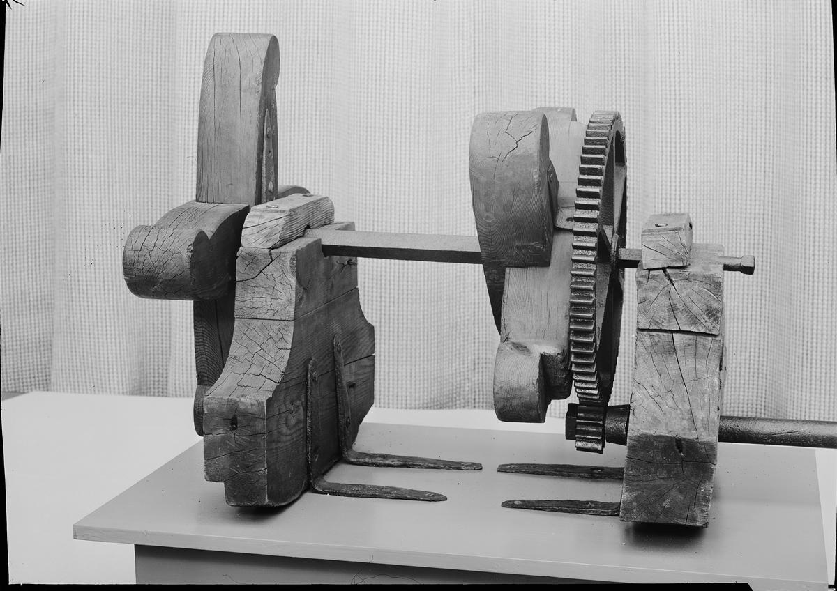 Skruvpropeller till båt, av järn med kuggväxel från vevaxel med åtta spakar för handdrift, jämte delar av eka.