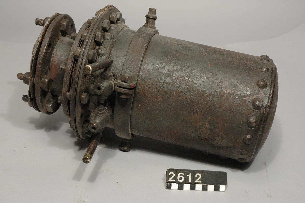 Dubbel kokare. (Carl Daniel Ekman). Bestående av ett yttre på insidan blyklätt järnomhölje och en inre blycylinder.  Diameter: 250 mm.