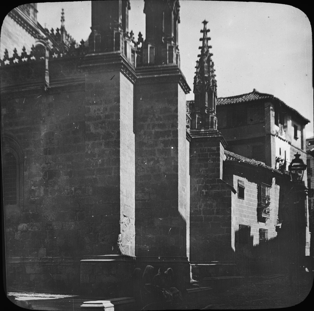 """Skioptikonbild med motiv av Katedralen i Granada. Bilden har förvarats i kartong märkt: Höstresan 1910. Granada 9. No 9. Text på bild: """"Katedralen""""."""