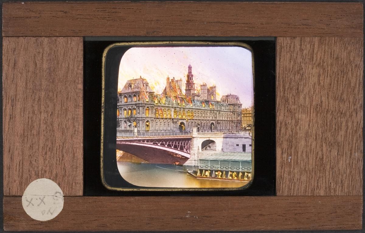 Ljusbild för laterna magica med motiv av Hotel de Velle i lågor.