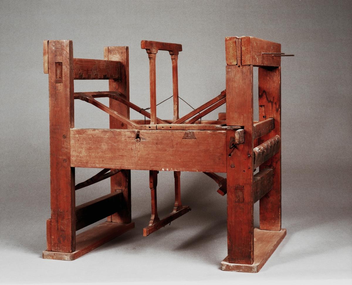 """Varpmaskin till bandstol av Chr. Polhem. En bandstol är en vävstol som används för att väva band. Text på föremålet: """"N:o 20""""."""