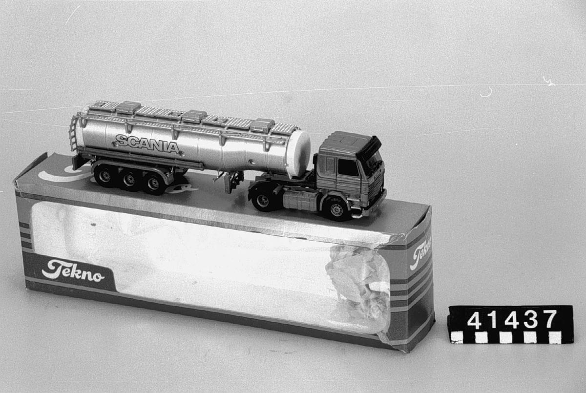 Lastbilsmodell av metall och plast med tankvagnssläp. Skala 1:50. Originalkartongen är något skadad. Tillbehör: Originalförpackning.