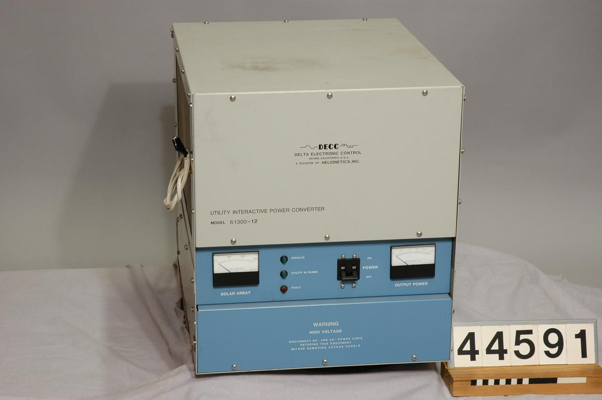 """Växelriktare till solcellsanläggning.  Växelriktaren omvandlar likström till växelström och höjer således spänningen till rätt nivå då man ansluter solceller till elnätet.  Text på växelriktaren: """" DECC Delta Electronic Control, Irvine, California USA. A division of Helionetics, INC. 2,5 KVA Solar inverter, MFR code 33434, MFR date 8426, Part no 61300-12, Serial no 116, Input voltage 190-250VDC, Output voltage 240VAC, 1Q, 50Hz."""