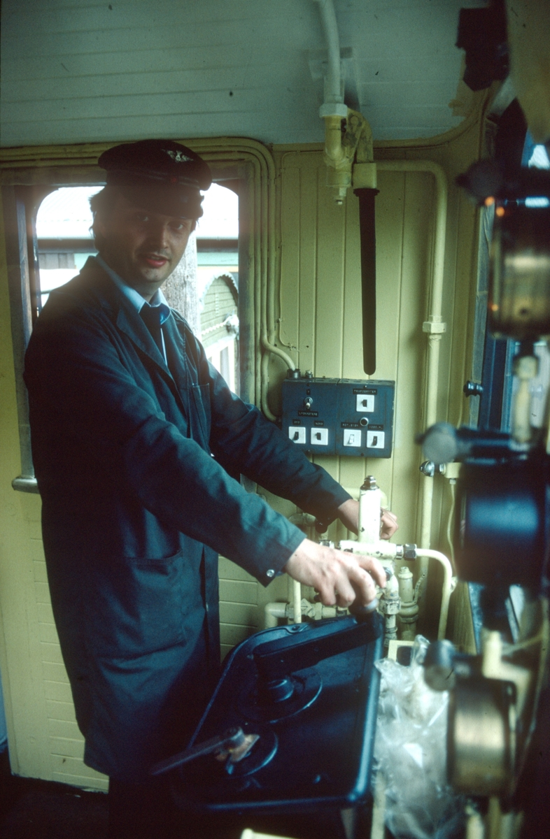 Lokomotivfører Erik Borgersen på Salvesen & Thams lokomotiv nr. 8 (ASEA).